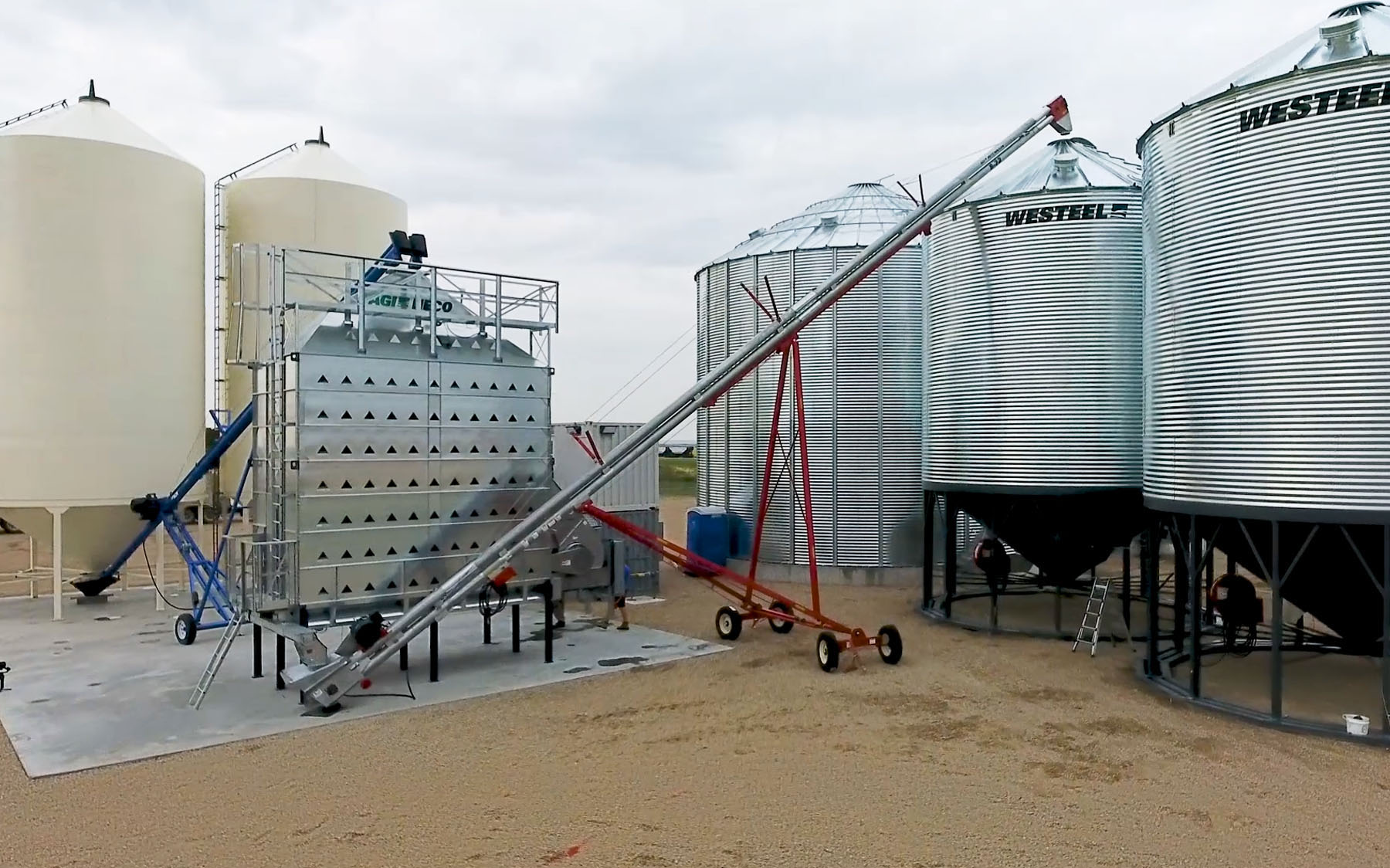 Image of AGI Hutchinson Double Run Chain Conveyor in action at yard near Watrous, SK